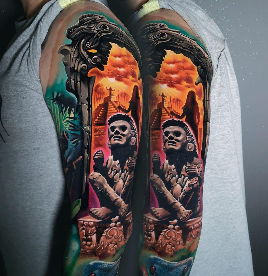 Tattoo mit einer Statue und einer Person im Hintergrund