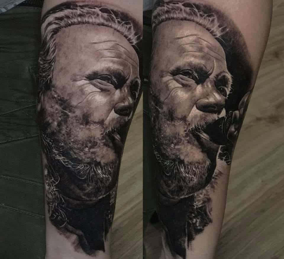 Alter Mann mit Bart der gerade was Trinkt Tattoo