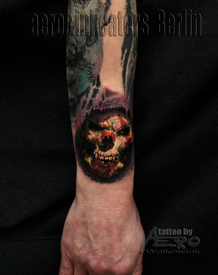 Totenkopf Tattoo mit roten Details