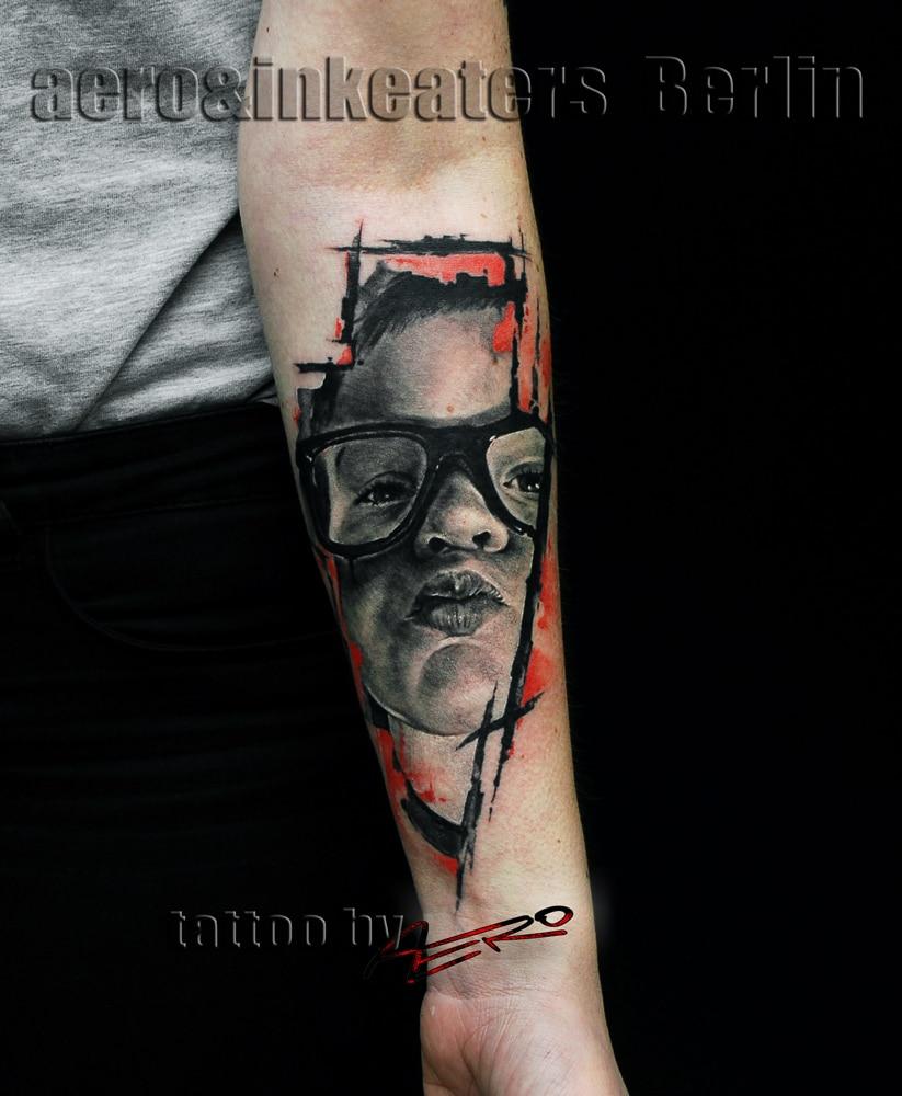 Gesicht von einem kleinen Jungen mit einer Brille der ein Kussmund macht Tattoo