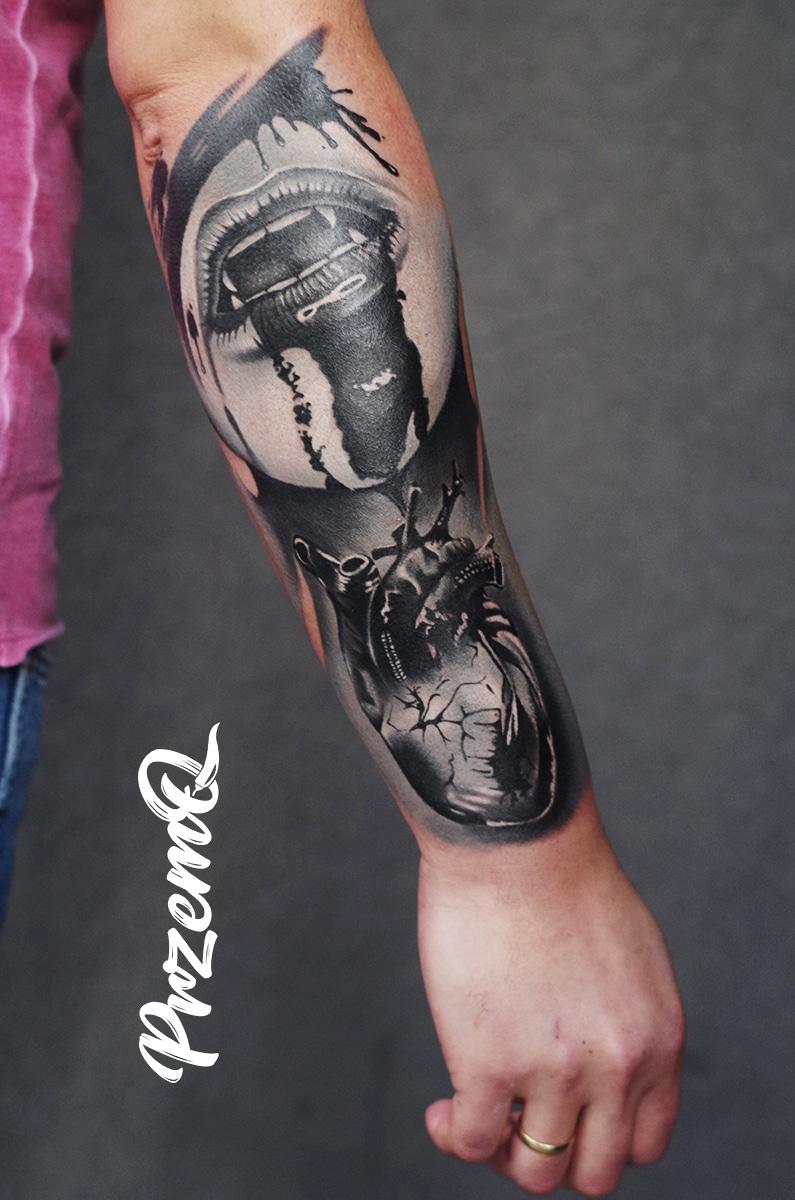 Tattoo von einem Blutigen Mund mit Vampirzähnen und einem Herz