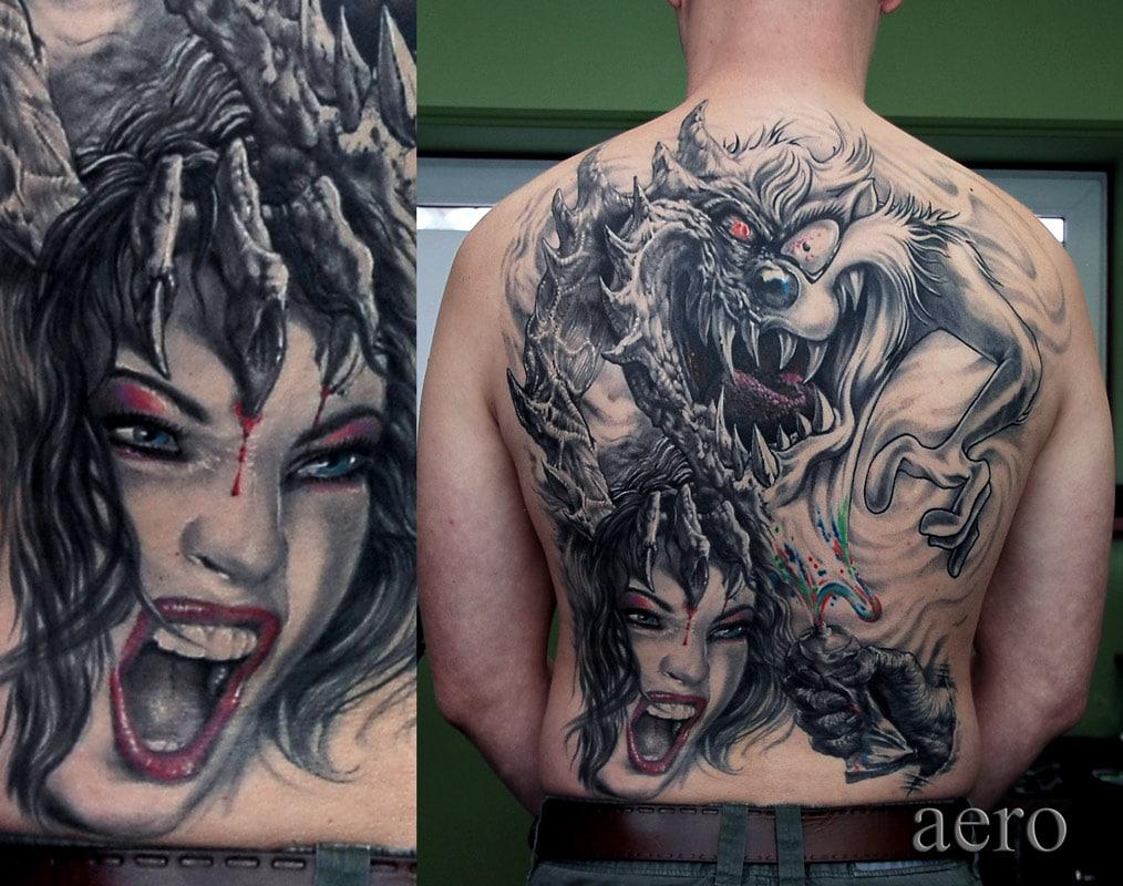Rücken Tattoo von einer schreienden Frau die von einem Monster am Kopf angefasst wird