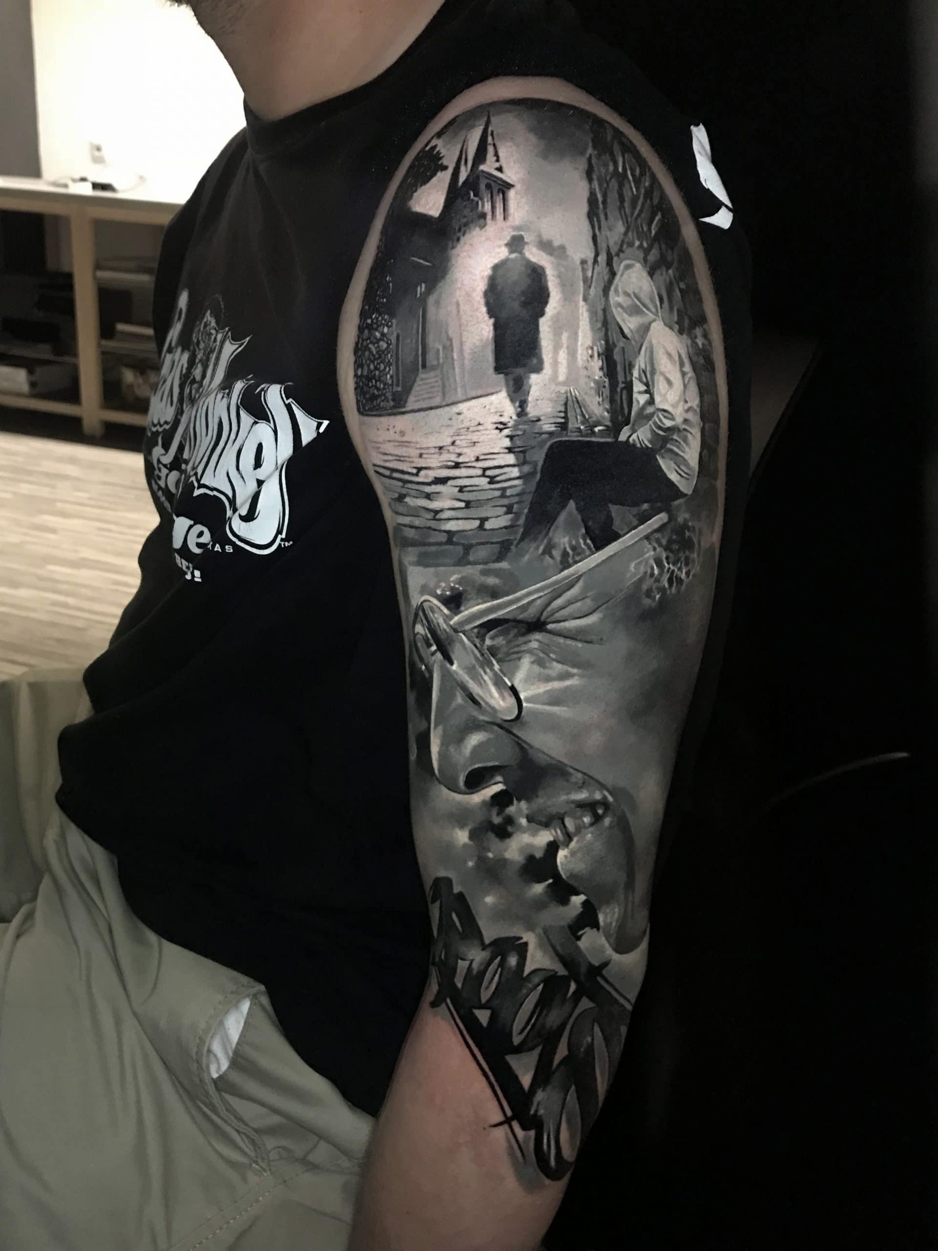 Eine Gasse mit zwei Menschen und einem lachenden Gesicht von der Seite Tattoo