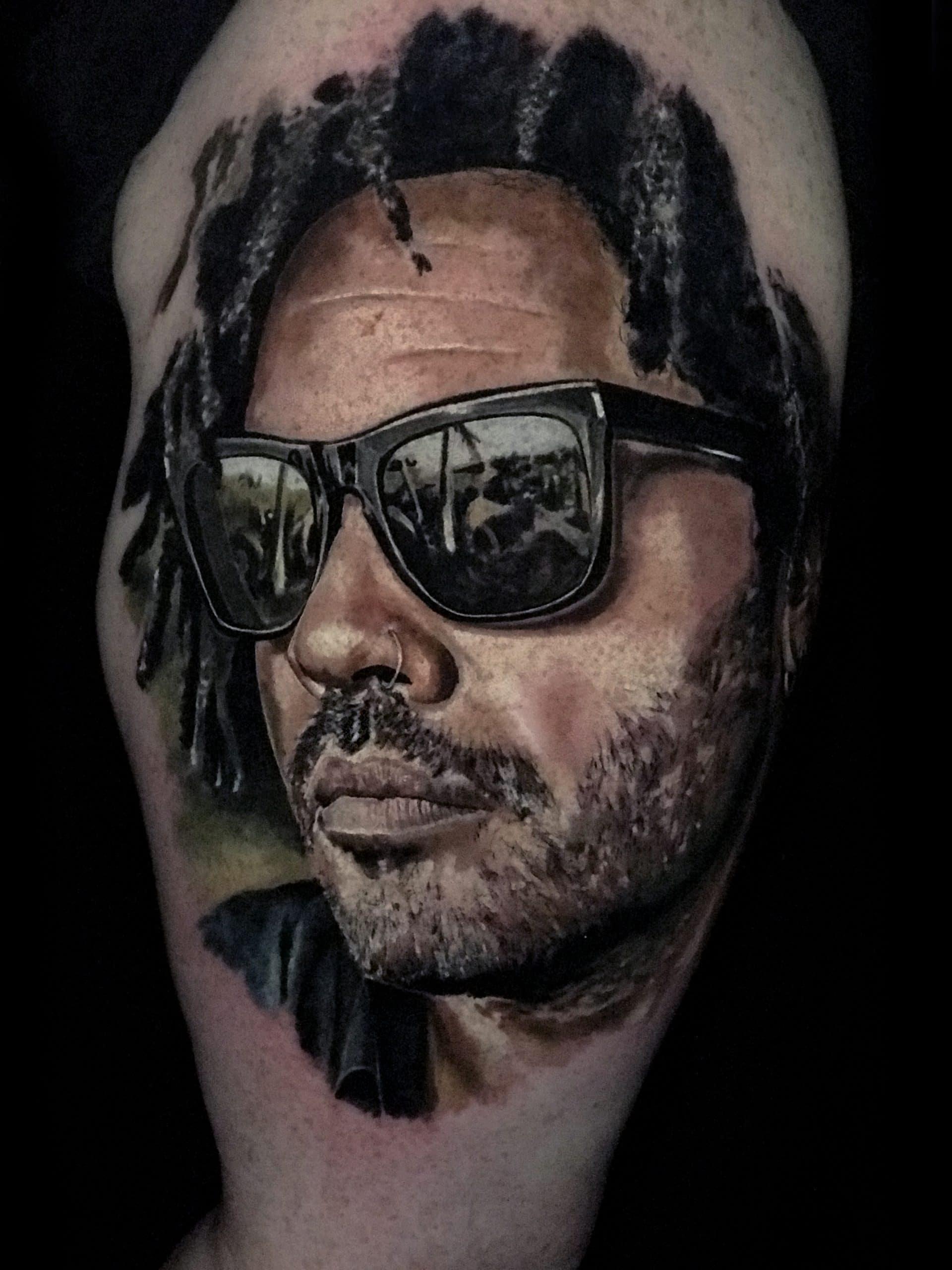 Tattoo von einem Mann mit Sonnbrille