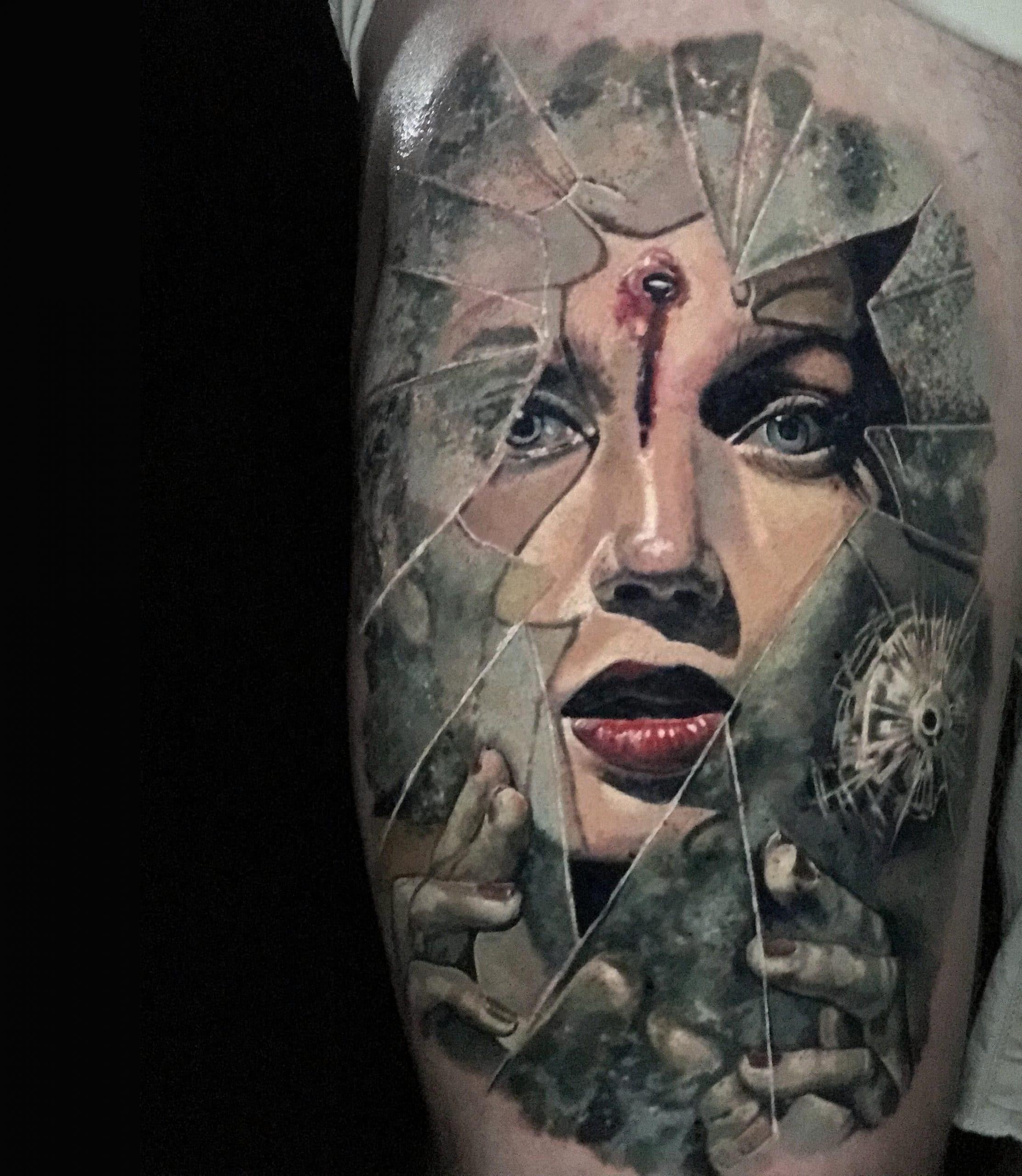 Gesicht einer Frau mit einem Kopfschuss hinter einem Zerbrochenen Glas Tattoo