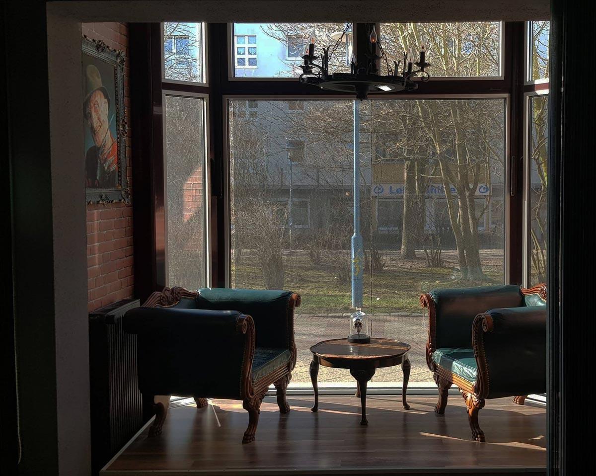 Wartezimmer Bereich mit großem Fenster