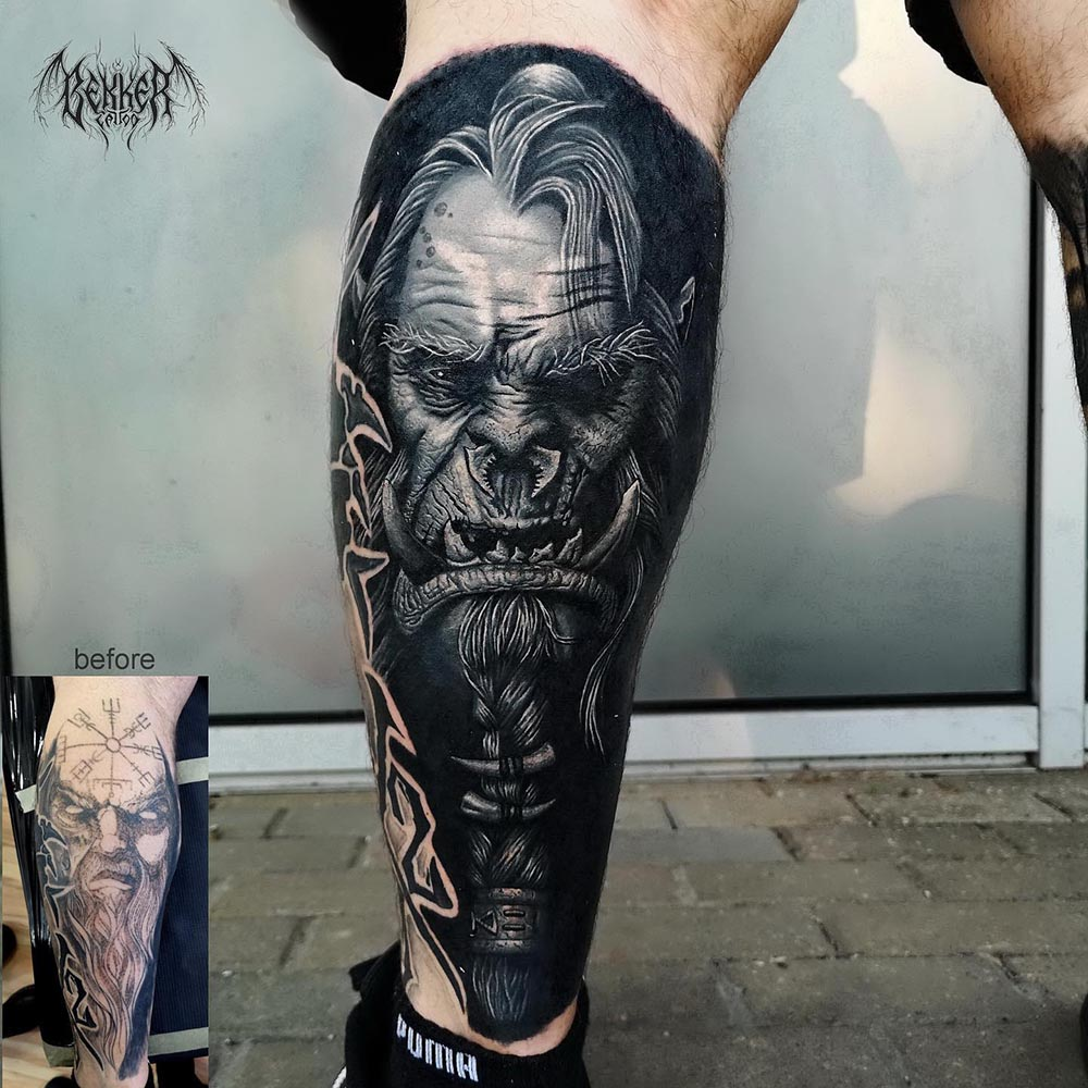älterer Mann am Bein Tattoo